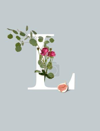 Photo pour Lettre blanche L avec des roses rose, figue et feuilles vertes isolées sur le gris - image libre de droit