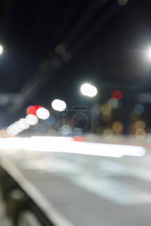 Photo pour Longue exposition des lumières vives sur la route la nuit en ville - image libre de droit