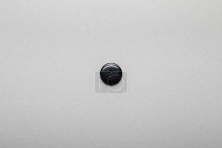 Photo pour Vue du dessus du bouton noir isolé sur gris avec espace de copie - image libre de droit
