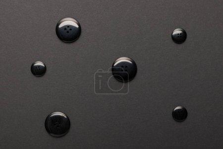 Foto de Vista superior de los botones de ropa aislados en negro - Imagen libre de derechos