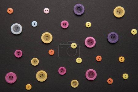 Photo pour Vue de dessus de divers boutons de vêtements colorés isolés sur noir - image libre de droit