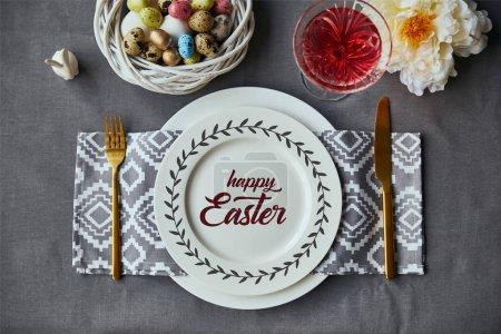 Foto de Vista superior de la mesa festiva para Pascua con decoración y feliz Letras de Pascua en la placa - Imagen libre de derechos
