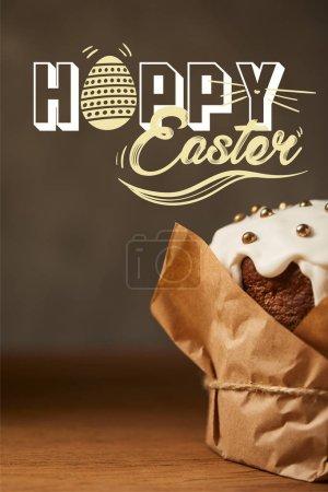 Foto de Cierre de pastel de Pascua tradicional con chispas en papel artesanal con letras felices de Pascua - Imagen libre de derechos