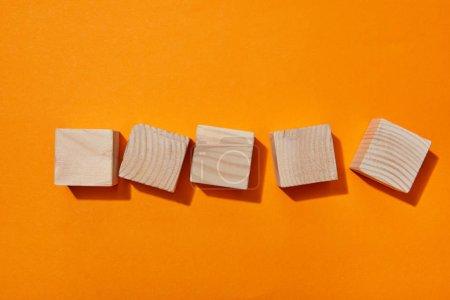 Photo pour Vue de dessus des blocs de bois sur la surface orange - image libre de droit