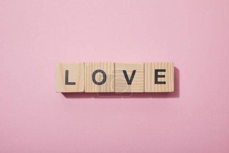 Foto de Vista superior de cubos de madera con letras en la superficie rosa - Imagen libre de derechos