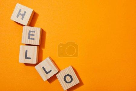 Photo pour Vue de dessus des cubes en bois avec des lettres sur la surface orange - image libre de droit