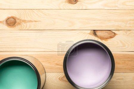 Photo pour Vue supérieure des boîtes avec des peintures sur la surface en bois - image libre de droit
