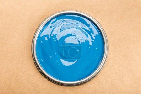 Photo pour Vue de dessus de l'étain avec peinture bleue isolée sur brun - image libre de droit