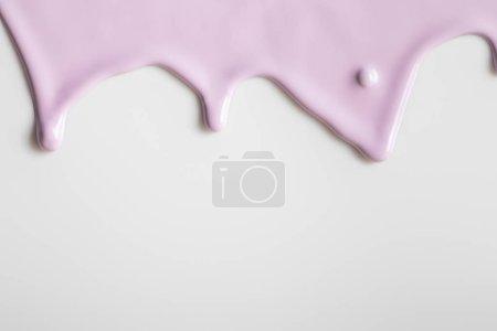 Foto de Fondo blanco con pintura de flujo púrpura y espacio de copia. - Imagen libre de derechos