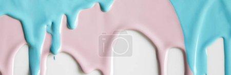 Photo pour Prise de vue panoramique de peintures fluides sur surface blanche - image libre de droit