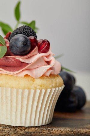 Photo pour Gâteau doux savoureux avec des baies sur la planche à découper en bois - image libre de droit