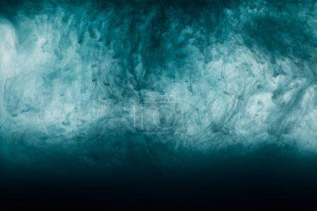Photo pour Peinture bleu artistique foncé tourbillonne dans l'eau - image libre de droit