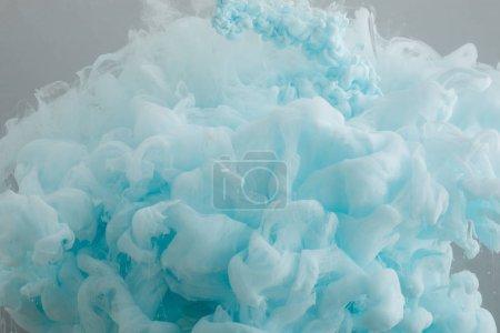 Photo pour Vue rapprochée des tourbillons de peinture bleu clair isolés sur gris - image libre de droit