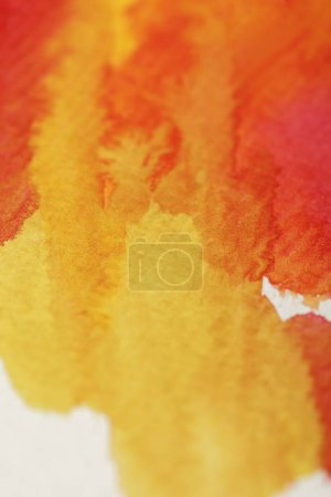 Photo pour Close up view of yellow and red bright watercolor paint spills - image libre de droit