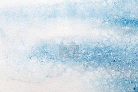 Photo pour Fermer vers le haut de vue de la tache bleue de peinture d'aquarelle sur le fond blanc texturé - image libre de droit
