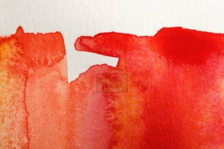 Photo pour Fermer vers le haut la vue des peintures jaunes et rouges d'aquarelle sur le fond blanc - image libre de droit