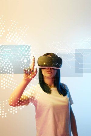 """Photo pour Une jeune femme dans un casque d """"écoute de réalité virtuelle pointant du doigt à l'illustration du réseau sur fond beige et bleu - image libre de droit"""