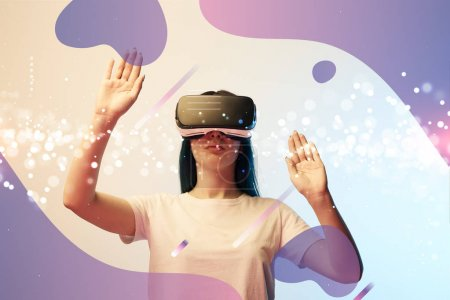 junge Frau im Virtual-Reality-Headset, die mit den Händen auf leuchtende und lila abstrakte Illustrationen auf beigem und blauem Hintergrund zeigt