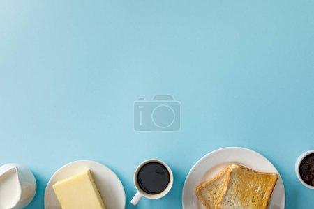 Photo pour Vue supérieure du lait, du beurre, de la confiture, de la tasse de café et deux toasts sur des plaques blanches sur le fond bleu - image libre de droit