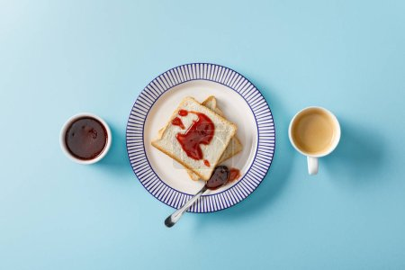 Photo pour Vue supérieure des toasts, cuillère, cuvette avec la confiture et tasse de café sur le fond bleu - image libre de droit