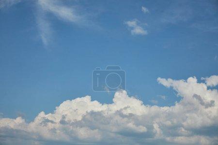 weiße Wolken am strahlend blauen Himmel mit Kopierraum
