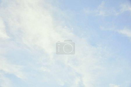 Photo pour Ciel bleu clair paisible avec des nuages blancs et l'espace de copie - image libre de droit