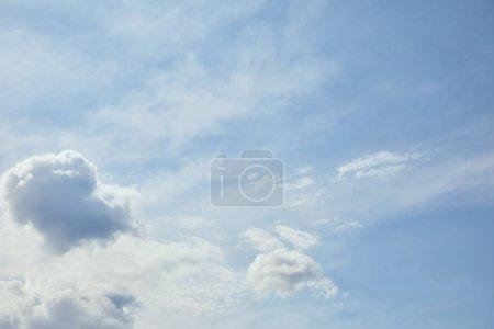 Photo pour Nuages blancs clairs sur ciel bleu paisible avec espace de copie - image libre de droit
