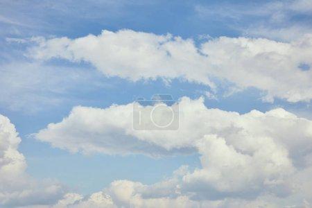 Foto de Cielo pacífico con nubes blancas y espacio de copia - Imagen libre de derechos