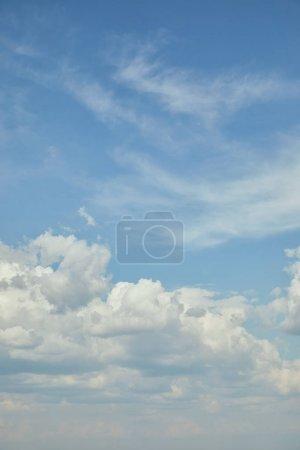Photo pour Ciel bleu avec nuages blancs et espace de copie - image libre de droit