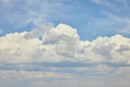 Photo pour Ciel bleu avec les nuages blancs et l'espace de copie - image libre de droit