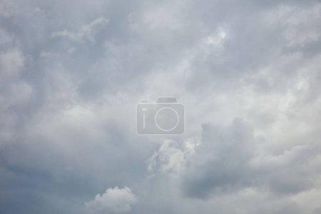 Photo pour Nuages blancs paisibles sur le ciel bleu avec l'espace de copie - image libre de droit