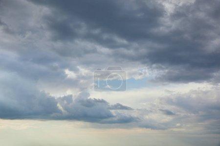 Foto de Cielo azul con nubes nubladas y espacio de copia - Imagen libre de derechos