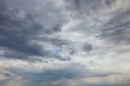Photo pour Overcast clouds on blue sky with copy space - image libre de droit