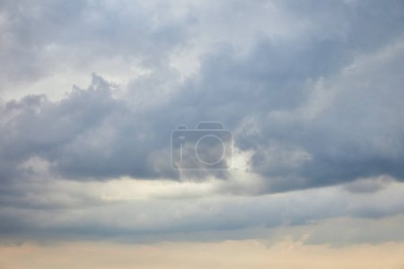 Photo pour Peaceful white clouds on blue sky with copy space - image libre de droit