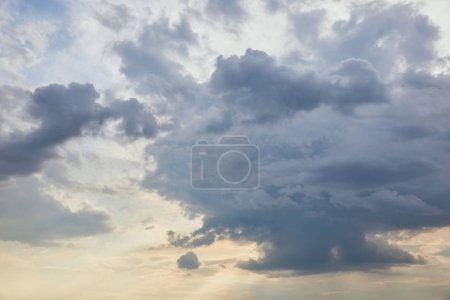 Photo pour Nuages bleus sur fond de ciel de lumière blanche - image libre de droit