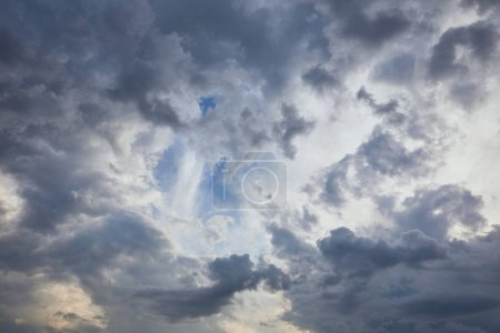 Photo pour Nuages foncés sur le fond bleu de ciel avec l'espace de copie - image libre de droit