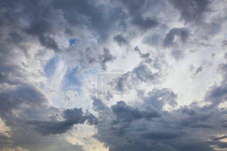Photo pour Nuages sombres sur fond bleu ciel - image libre de droit