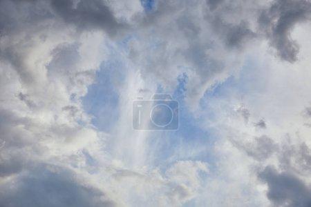 Photo pour Fond bleu ciel avec des nuages gris - image libre de droit
