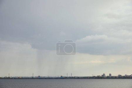 Photo pour Vue nuageuse de temps pluvieux avec le ciel gris - image libre de droit