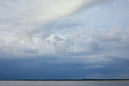 Photo pour Nuages sur le fond bleu de ciel de lumière du soleil - image libre de droit