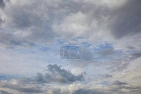 Foto de Nubes blancas en el fondo del cielo azul - Imagen libre de derechos