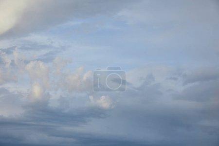 Photo pour Vue des nuages gris sur fond de ciel bleu - image libre de droit