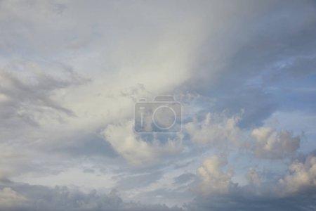 Photo pour Vue des nuages blancs et gris sur le fond bleu de ciel de lumière du soleil - image libre de droit