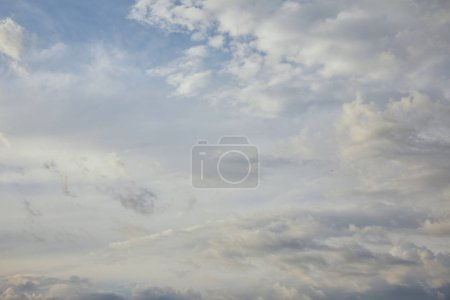 Photo pour View of white and grey clouds on blue sky background - image libre de droit