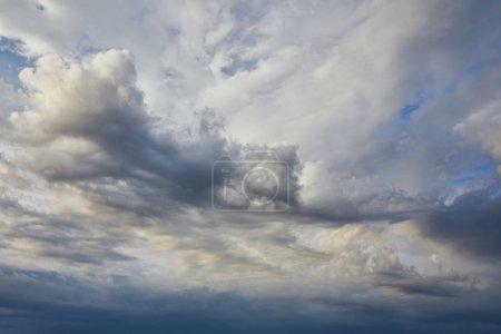 Foto de Vista de nubes oscuras y blancas sobre el fondo gris del cielo - Imagen libre de derechos
