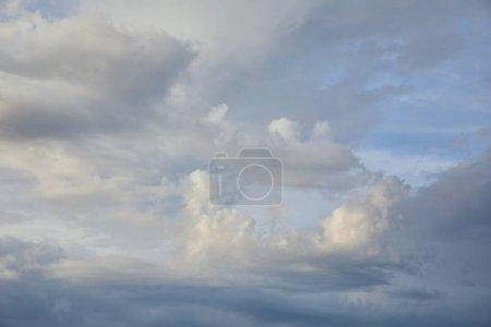 Photo pour Nuages blancs sur fond de ciel bleu ensoleillé - image libre de droit