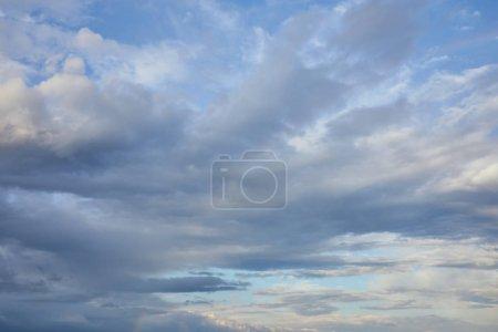 Photo pour Nuages gris sur fond bleu soleil ciel - image libre de droit