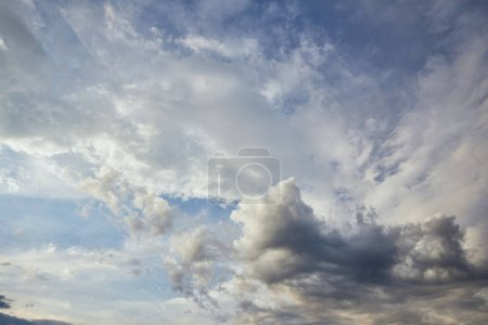 Photo pour View of grey and white clouds on blue sunlight sky background - image libre de droit