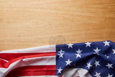 Photo pour Vue supérieure du drapeau américain sur la surface en bois beige avec l'espace de copie - image libre de droit