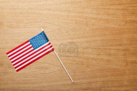 Photo pour Vue supérieure du drapeau américain sur la table texturée en bois avec l'espace de copie - image libre de droit